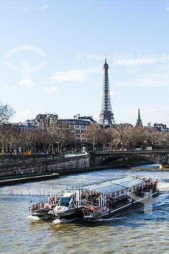 Assunto: Barco no Rio Sena visto da Pont Alexandre III (Ponte Alexandre III) com a Torre Eiffel ao fundo / Local: Paris - França - Europa / Data: 01/2013