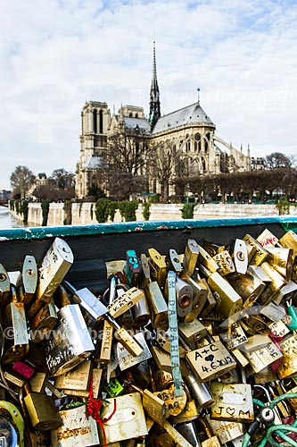 Assunto: Cadeados presos nas grades da Pont de lArchevêché (Ponte do Arcebispo) - 1828 - com a Catedral de Notre-Dame de Paris (1163) ao fundo / Local: Paris - França - Europa / Data: 01/2013