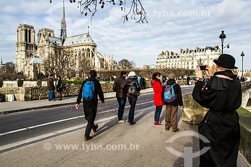 Assunto: Turistas na Pont de lArchevêché (Ponte do Arcebispo) - 1828 - com a Catedral de Notre-Dame de Paris (1163) ao fundo / Local: Paris - França - Europa / Data: 01/2013
