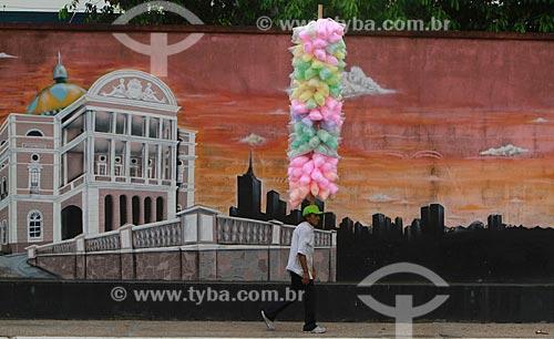 Assunto: Vendedor de algodão-doce caminhando no centro histórico de Manaus / Local: Manaus - Amazonas (AM) - Brasil / Data: 09/2012