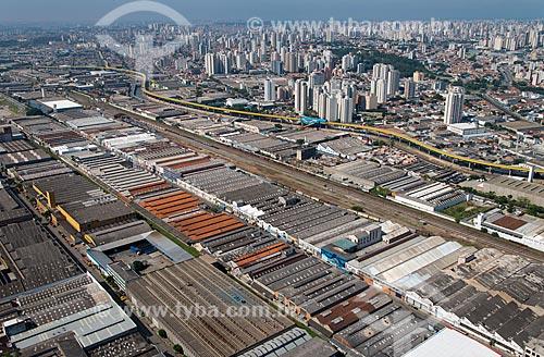 Assunto: Armazéns na Avenida Henry Ford com o viaduto do sistema de transporte de BRT (Bus Rapid Transit) - mais conhecido como fura-fila  - às margens do Rio Tamanduateí / Local: Mooca - São Paulo (SP) - Brasil / Data: 02/2013