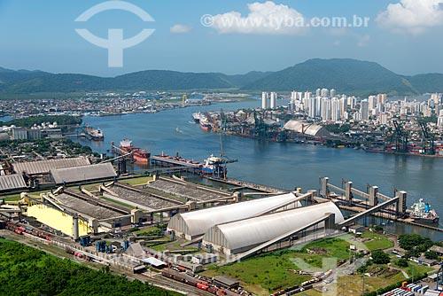 Assunto: Vista do TGG - Terminal de Granéis do Guarujá - com a cidade de Santos ao fundo / Local: Vicente de Carvalho - Guarujá - São Paulo (SP) - Brasil / Data: 02/2013