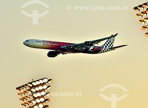 Assunto: Avião Etihad A345 sobrevoando a cidade de Abu Dhabi / Local: Abu Dhabi - Emirados Árabes Unidos - Ásia / Data: 11/2012