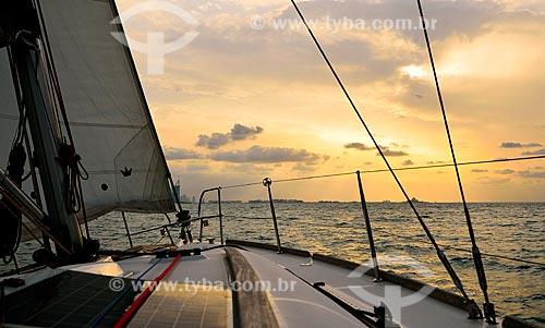 Assunto: Vista de barco e ilha Palm Jumeirah ao fundo  / Local: Dubai - Emirados Árabes Unidos - Ásia / Data: 12/2012