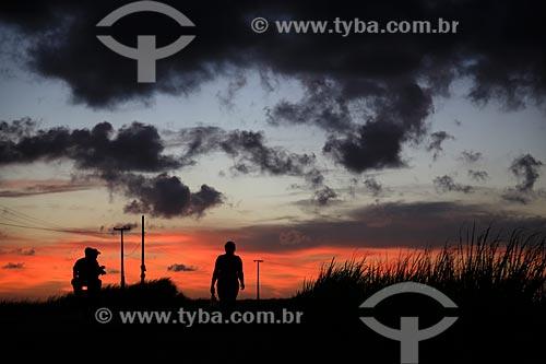Assunto: Pessoas na rodovia estadual PB-044 na altura da entrada da cidade de Pitimbu / Local: Pitimbu - Paraíba (PB) - Brasil / Data: 01/2013