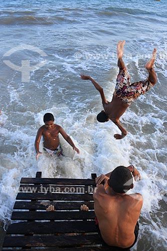 Assunto: Crianças se banham na praia de Pitimbu / Local: Pitimbu - Paraíba (PB) - Brasil / Data: 01/2013