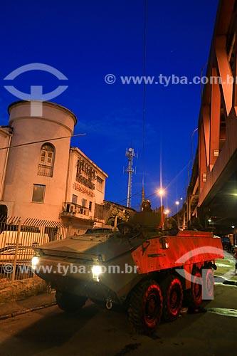 Veículo blindado durante o início da instalação da Unidade de Polícia Pacificadora (UPP) no conjunto de favelas do Complexo do Caju e Comunidade da Barreira do Vasco na zona norte do Rio de Janeiro    - Rio de Janeiro - Rio de Janeiro - Brasil