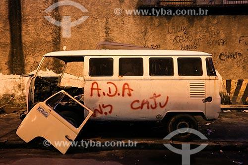 Kombi abandonada em rua durante o início da instalação da Unidade de Polícia Pacificadora (UPP) no conjunto de favelas do Complexo do Caju e Comunidade da Barreira do Vasco na zona norte do Rio de Janeiro    - Rio de Janeiro - Rio de Janeiro - Brasil