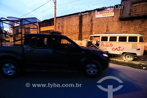 Veículo da  Polícia Militar durante o início da instalação da Unidade de Polícia Pacificadora (UPP) no conjunto de favelas do Complexo do Caju e Comunidade da Barreira do Vasco na zona norte do Rio de Janeiro    - Rio de Janeiro - Rio de Janeiro - Brasil