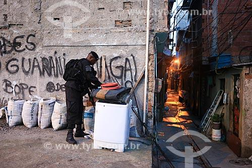 Policial do Batalhão de Operações Especiais (BOPE) durante o início da instalação da Unidade de Polícia Pacificadora (UPP) no conjunto de favelas do Complexo do Caju e Comunidade da Barreira do Vasco na zona norte do Rio de Janeiro    - Rio de Janeiro - Rio de Janeiro - Brasil