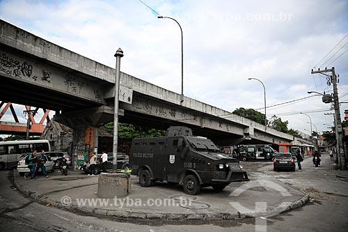 Veículo blindado da Polícia Militar durante o início da instalação da Unidade de Polícia Pacificadora (UPP) no conjunto de favelas do Complexo do Caju e Comunidade da Barreira do Vasco na zona norte do Rio de Janeiro    - Rio de Janeiro - Rio de Janeiro - Brasil