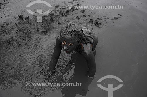 Assunto: Menina se banha na lama da praia do Jabaquara, para desfilar pelas ruas do município no Bloco da Lama  / Local: Paraty - RJ - Brasil  / Data: 02/2013
