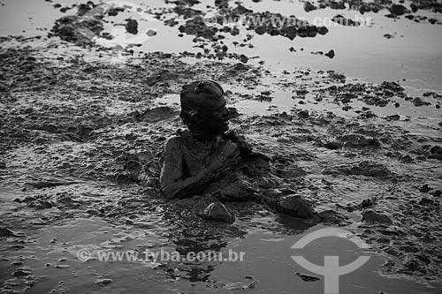 Assunto: Homem se banha na lama da praia do Jabaquara, para desfilar pelas ruas do município no Bloco da Lama  / Local: Paraty - RJ - Brasil  / Data: 02/2013