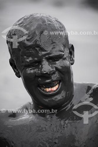 Assunto: Homem coberto de lama, se preparando para desfilar no Bloco da Lama / Local: Paraty - Rio de Janeiro (RJ) - Brasil / Data: 02/2013