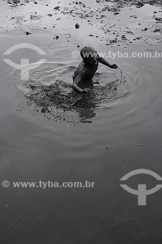 Assunto: Menino coberto de lama, se preparando para desfilar no Bloco da Lama / Local: Paraty - Rio de Janeiro (RJ) - Brasil / Data: 02/2013