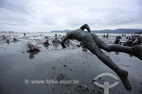Assunto: Foliões do Bloco da Lama mergulhando no mangue da Praia de Jabaquara coberto de lama, se preparando para desfilar no Bloco da Lama / Local: Paraty - Rio de Janeiro (RJ) - Brasil / Data: 02/2013