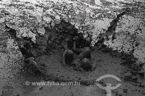 Assunto: Foliões cobertos de lama, se preparando para desfilar no Bloco da Lama / Local: Paraty - Rio de Janeiro (RJ) - Brasil / Data: 02/2013