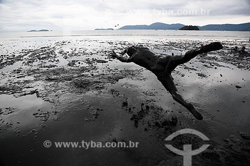 Assunto: Folião do Bloco da Lama mergulhando no mangue da Praia de Jabaquara coberto de lama, se preparando para desfilar no Bloco da Lama / Local: Paraty - Rio de Janeiro (RJ) - Brasil / Data: 02/2013