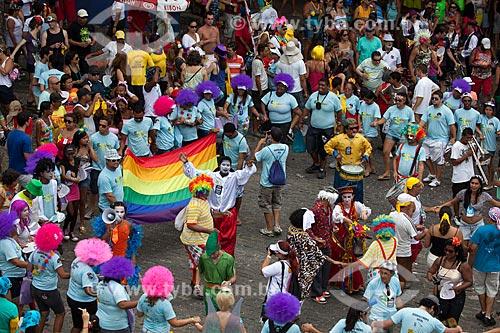 Assunto: Pessoas com a bandeira do orgulho LGBT no carnaval de rua em Olinda / Local: Olinda - Pernambuco (PE) - Brasil / Data: 02/2013
