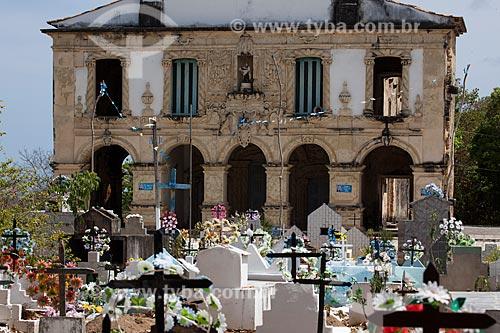 Assunto: Cemitério com a Igreja de Nossa Senhora da Guia (Século XVI) -  também conhecida como Santuário da Guia - ao fundo / Local: Lucena - Paraíba (PB) - Brasil / Data: 02/2013