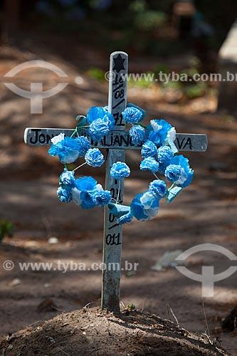 Assunto: Cruz com flores em túmulo do cemitério da Igreja de Nossa Senhora da Guia - também conhecida como Santuário da Guia / Local: Lucena - Paraíba (PB) - Brasil / Data: 02/2013