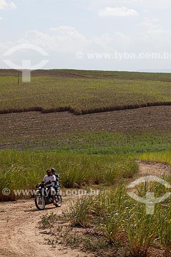 Assunto: Motociclista em estrada de terra perto de plantação de cana-de-açúcar as margens da Rodovia PE-075 / Local: Goiana - Pernambuco (PE) - Brasil / Data: 02/2013
