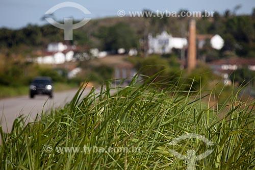 Assunto: Plantação de cana-de-açúcar às margens da PE-075 com o  Engenho Uruaé (Século XVII) ao fundo  / Local: Goiana - Pernambuco (PE) - Brasil / Data: 02/2013