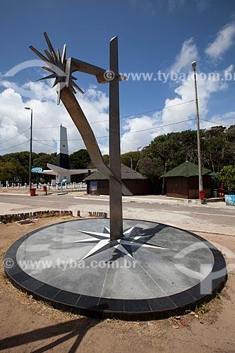 Assunto: Monumento Rosa dos Ventos com o Farol do Cabo Branco (1972) ao fundo - ponto mais oriental do Brasil / Local: Cabo Branco - João Pessoa - Paraíba (PB) - Brasil / Data: 02/2013