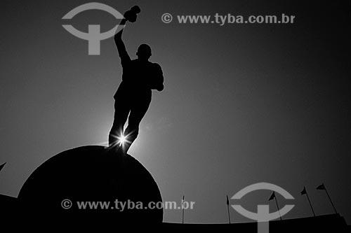 Assunto: Estátua do Bellini na entrada do Estádio Jornalista Mário Filho - também conhecido como Maracanã / Local: Maracanã - Rio de Janeiro (RJ) - Brasil / Data: Década de 90