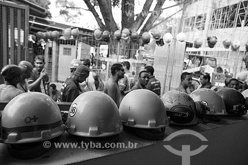 Assunto: Operários na fila do almoço durante a reforma do Estádio Jornalista Mário Filho - também conhecido como Maracanã / Local: Maracanã - Rio de Janeiro (RJ) - Brasil / Data: 02/2013