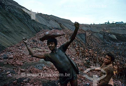 Assunto: Trabalhadores no garimpo de Serra Pelada - considerado o maior garimpo a céu aberto do mundo na década de 80 / Local: Distrito de Serra Pelada - Curionópolis - Pará (PA) - Brasil / Data: Década de 80
