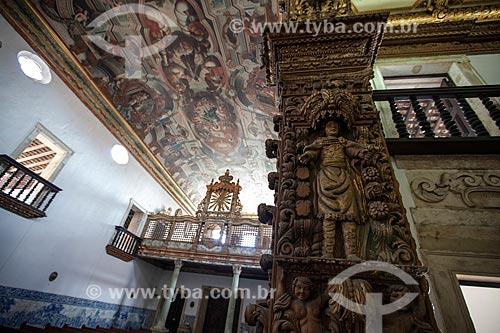 Coro com escultura de Cristo em Jacarandá (Século XVII) - à esquerda - com coluna decorada com imagens religiosas - à direita - na Igreja de São Francisco no Centro Cultural São Francisco   - João Pessoa - Paraíba - Brasil