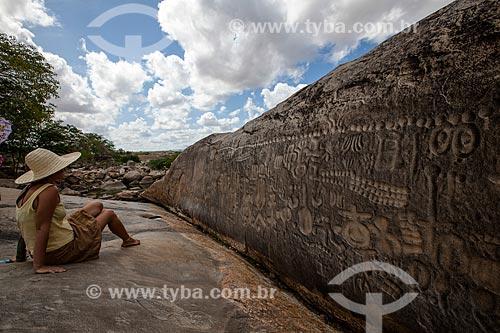 Assunto: Turista observa a Pedra do Ingá - também conhecida como Itacoatiaras de Ingá - no Sítio Pedra Lavrada / Local: Ingá - Paraíba (PB) - Brasil / Data: 02/2013