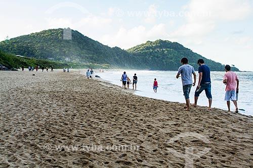 Assunto: Pessoas caminhando na Praia do Buraco / Local: Balneário Camboriú - Santa Catarina (SC) - Brasil / Data: 03/2013