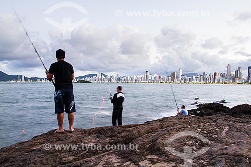 Assunto: Homens pescando no Pontal Norte  / Local: Balneário Camboriú - Santa Catarina (SC) - Brasil / Data: 03/2013