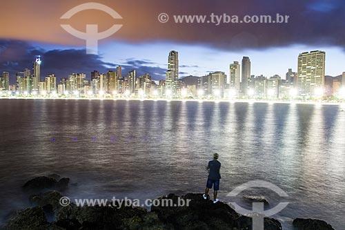 Assunto: Homem pescando no Pontal Norte e prédios da cidade ao fundo / Local: Balneário Camboriú - Santa Catarina (SC) - Brasil / Data: 03/2013