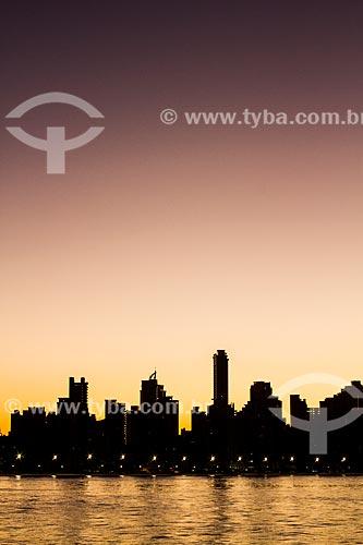 Assunto: Silhueta de edifícios na cidade de Balneário Camboriú vista do molhe da Barra Sul / Local: Balneário Camboriú - Santa Catarina (SC) - Brasil / Data: 04/2013