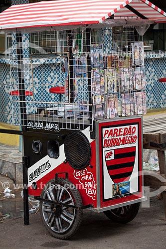 Assunto: Carrinho para venda de DVDs piratas na feira livre da cidade de Guarabira / Local: Guarabira - Paraíba (PB) - Brasil / Data: 02/2013