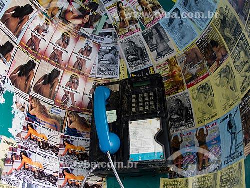 Assunto: Panfletos colados no interior de telefone público / Local: Rio de Janeiro (RJ) - Brasil / Data: 09/2012