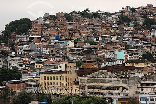 Assunto: Vista da favela da Mangueira e da fachada da extinta Companhia Lanifício Alto da Boa Vista / Local: Mangueira - Rio de Janeiro (RJ) - Brasil / Data: 04/2013