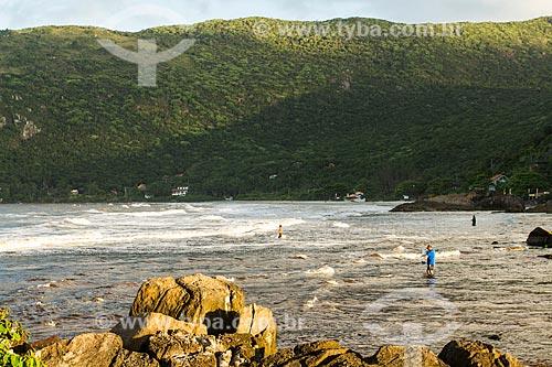 Assunto: Pescadores no rio Sangradouro, entre a praia da Armação e a praia do Matadeiro / Local: Florianópolis - Santa Catarina (SC) - Brasil / Data: 04/2013