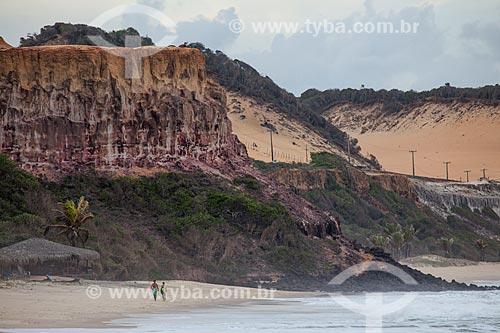 Assunto: Turistas caminhando na Praia do Madeiro  / Local: Distrito de Pipa - Tibau do Sul - Rio Grande do Norte (RN) - Brasil / Data: 03/2013
