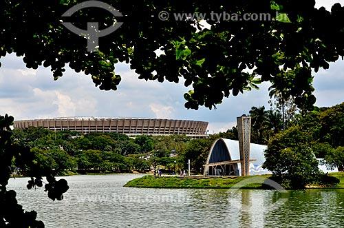 Igreja São Francisco de Assis (1943) - também conhecida como Igreja da Pampulha - às margens da Lagoa da Pampulha com o Mineirão ao fundo  - Belo Horizonte - Minas Gerais - Brasil