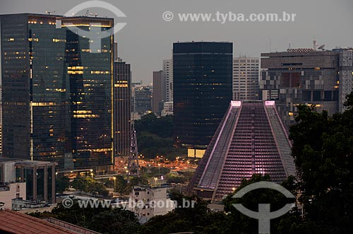 Assunto: Catedral de São Sebastião do Rio de Janeiro (1979) com o edifício sede da PETROBRAS - à esquerda - e o edifício do BNDES - à direita / Local: Centro - Rio de Janeiro (RJ) - Brasil / Data: 12/2012
