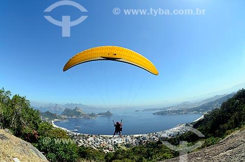 Assunto: Voo de parapente na rampa do Parque da Cidade de Niterói com a Enseada de São Francisco ao fundo / Local: Niterói - Rio de Janeiro (RJ) - Brasil / Data: 08/2012