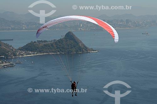 Assunto: Voo de parapente sobre a Enseada de São Francisco com o Morro do Morcego e a cidade do Rio de Janeiro ao fundo / Local: Niterói - Rio de Janeiro (RJ) - Brasil / Data: 08/2012