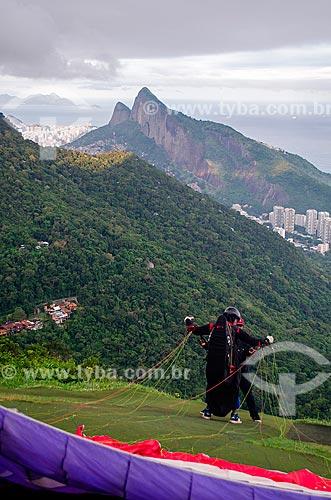 Assunto: Pessoas se preparando para salto de parapente da Rampa Pedra Bonita/Pepino com o Morro Dois Irmãos ao fundo / Local: São Conrado - Rio de Janeiro (RJ) - Brasil / Data: 04/2013