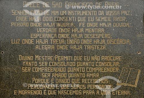 Assunto: Prece que fica junto à estátua de São Francisco de Assis próximo da nascente do Rio São Francisco no Parque Nacional da Serra da Canastra / Local: São Roque de Minas - Minas Gerais (MG) - Brasil / Data: 03/2013