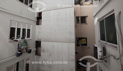 Assunto: Pintor pintando uma janela na parte externa de um prédio / Local: Rio de Janeiro (RJ) - Brasil / Data: 04/2013