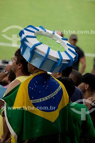 Torcedor com uma maquete do estádio na cabeça no evento-teste do Maracanã - jogo entre amigos de Ronaldo Fenômeno x amigos de Bebeto que marca a reabertura do estádio  - Rio de Janeiro - Rio de Janeiro - Brasil